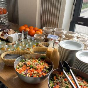 Buffet Ausschnitt mit Salate, Tellern und Besteck