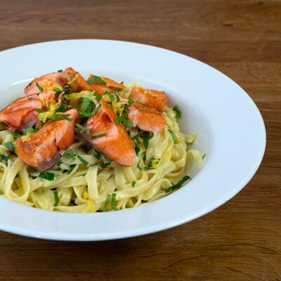 Lunch Catering -Pasta mit Tagliatelle und gebratenem Lachs