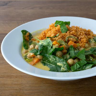 Lunch Catering - Teller mit Spinat Kichererbsencurry und Bulgur