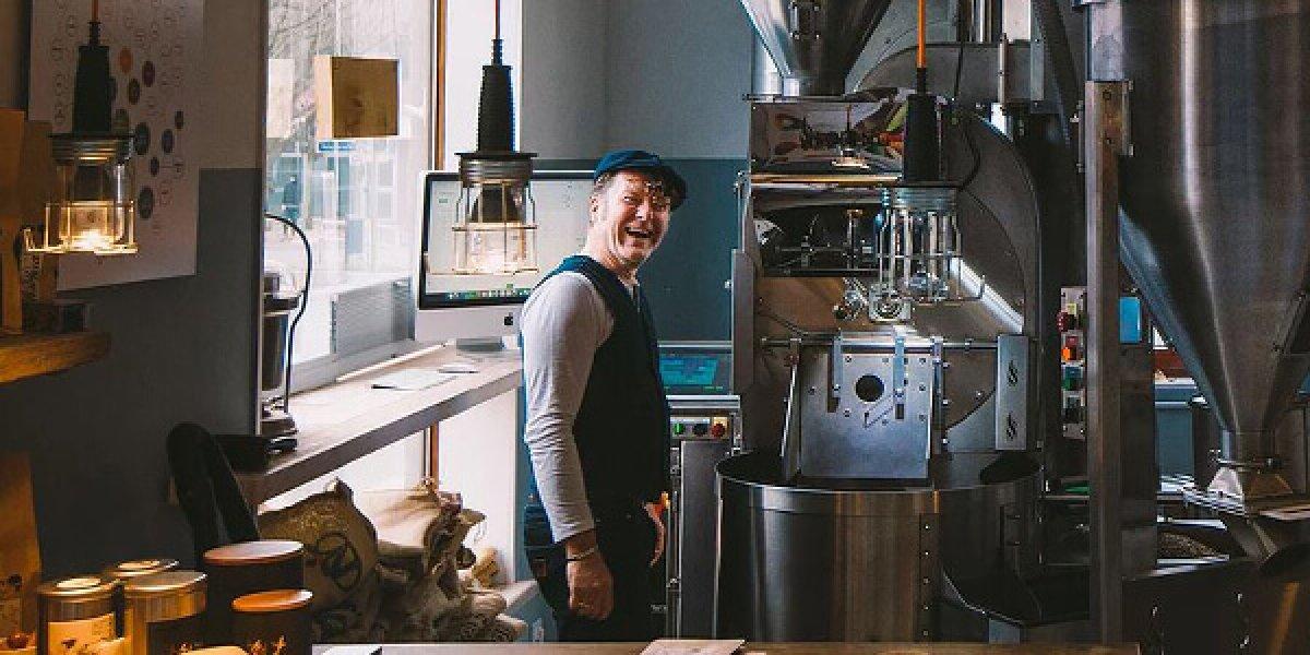 Hoban in der Rösterei beim Espresso rösten